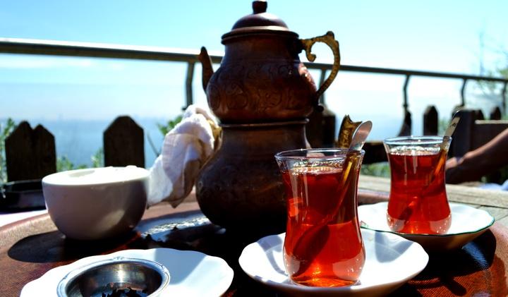 Местные жители Стамбула пьют чай